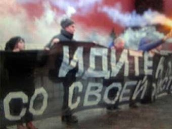 На Красной площади развернули матерный баннер против прописки