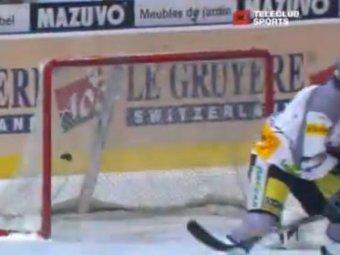Швейцарский хоккеист расколол шайбу надвое при броске