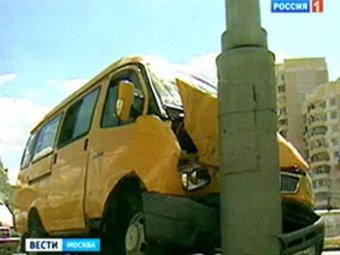"""В Москве """"Газель"""" с пассажирами въехала в столб: есть раненые"""