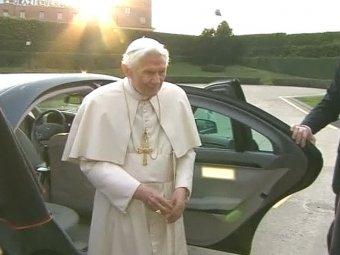 Папа римский Бенедикт XVI под звон колоколов на вертолете покинул Ватикан