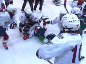 Юные хоккеистки устроили массовую драку на льду