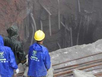 В Китае мужчина на глаза прохожих и камеры погиб, провалившись в 16-метровую дыру