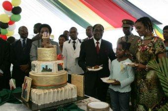 Президент Зимбабве при казне страны в  потратил на 89-летие  тысяч