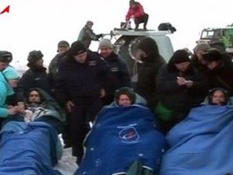 Космонавты вернулись на Землю с задержкой на сутки