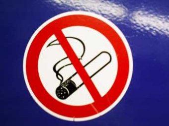 Озвучен размер штрафов за курение в самолете и других общественных местах