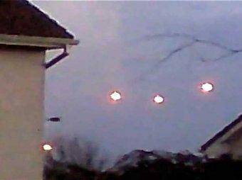 Житель Ирландии опубликовал видео с летающими светящимися шарами
