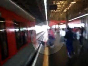 В Бразилии девушка чуть не погибла, прыгнув за своим телефоном на рельсы в метро