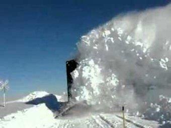 Под Хабаровском снежная лавина сбила с рельсов поезд