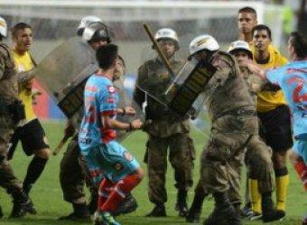 Гол-шедевр Роналдиньо омрачила драка футболистов с полицией