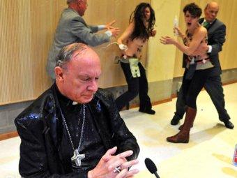 Активистки FEMEN облили водой главного католика Бельгии
