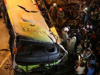 В Бразилии автобус рухнул с эстакады: погибли семь человек