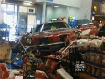 В США мужчина въехал в магазин на авто и начал избивать посетителей
