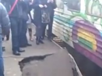 В Киеве на ж/д станции 120-килограммовый пассажир обвалил перрон с людьми