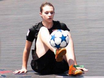 Трюки девушки с мячом стали хитом Интернета