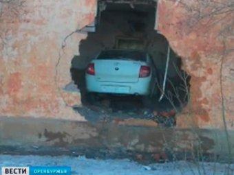 """В Оренбургской области """"Лада Гранта"""" протаранила стену жилого дома: погибла пенсионерка и сам водитель"""