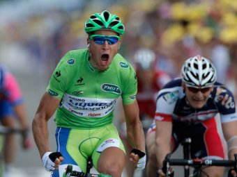Велогонщик Питер Саган спровоцировал скандал, ущипнув на подиуме девушку за попу