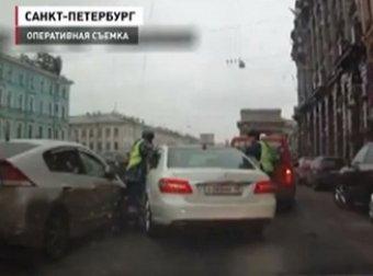 Выяснилось, кому принадлежит Mercedes, сбивший в Питере полицейского
