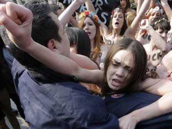 В Германии FEMEN с голой грудью и матерным посланием прорвались к Путину и Меркель