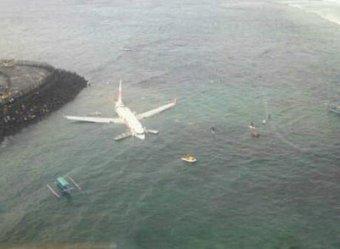 Чудо на Бали: самолет со 172 пассажирами рухнул в море, все живы