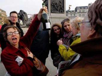 В Британии Тэтчер проводили нецензурными плакатами, при разгоне толпы ранены 6 копов