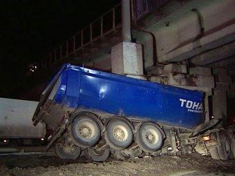"""Грузовик протаранил опору моста на Каширке – возникли перебои в движении """"Аэроэкспресса"""" из Домодедово"""