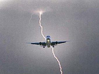В самолет с молодежной сборной РФ по футболу ударила молния