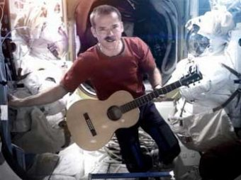 Командир экипажа МКС впервые записал на орбите музыкальный клип