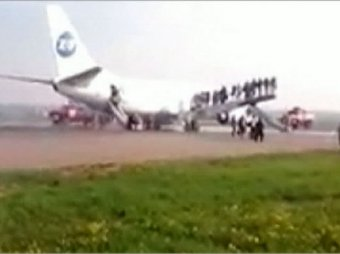 "При посадке во ""Внуково"" у Boeing-737 загорелись шасси: 140 человек эвакуировали"