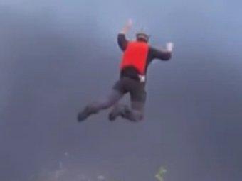 Парашютист выжил после неудачного прыжка с 300 метров