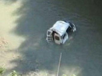 В Турции автобус со школьными учителями упал в озеро