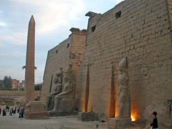 В Египте китайский подросток нарисовал граффити на стене древнего храма