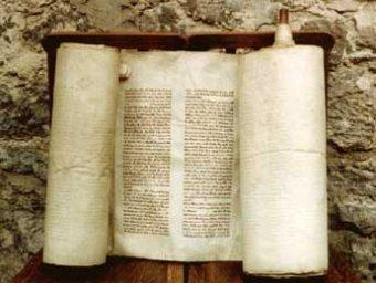 Сто лет пылившийся в библиотеке Италии свиток оказался древнейшей рукописью Торы