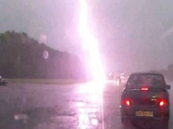 Очевидец снял, как молния попала в женщину с ребенком