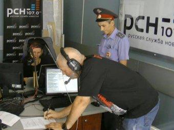 Полицейский вручил Сергею Доренко повестку прямо во время эфира РСН