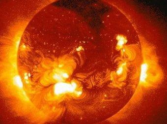 """Гигантская """"черная дыра"""" закрыла почти половину Солнца"""