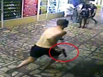В Новосибирске мужчина в трусах и с пистолетом напал на пассажиров метро