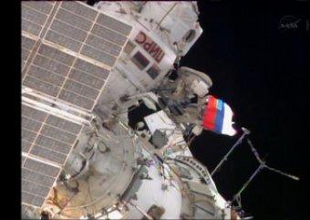 Космонавты МКС вышли в открытый космос и помахали российским флагом