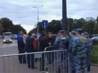 Блогосферу взорвало видео с ОМОНом, который якобы привел провокаторов на акцию Навального