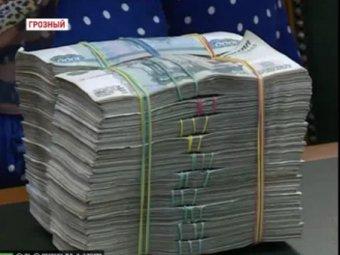 Кадыров раздал пачки денег нуждающимся чеченцам