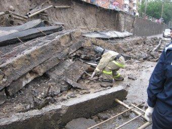 В Красноярске на дорогу обрушилась часть стены: погибли двое