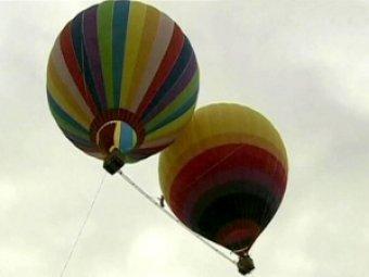 Канатоходец из Китая прошёл между двумя воздушными шарами