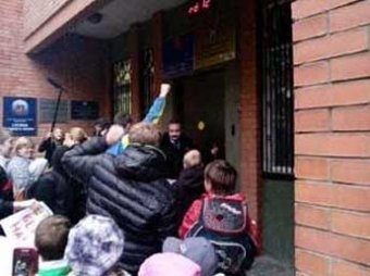 Ученики закрытой в Москве школы взяли штурмом управу района