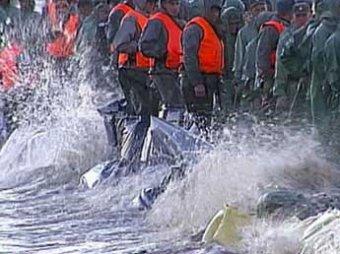 В Комсомольске-на-Амуре спасатели своими телами закрывали прорыв дамбы