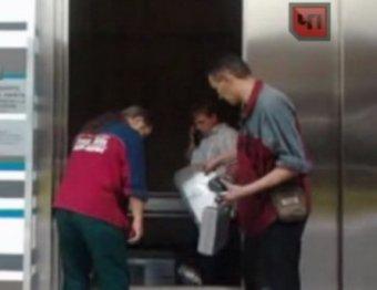 В Москве в торговом центре упал лифт с людьми: есть пострадавшие