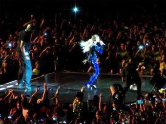 В Бразилии полуголый фанат прямо на выступлении стащил Бейонсе со сцены
