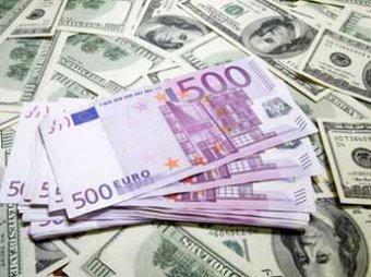 Доллар и евро рухнули во всем мире, подняв рубль на максимальный уровень с июня