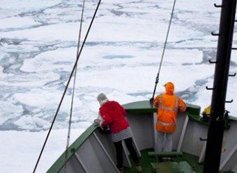 Активисты Greenpeace с  ледокола Arctic Sunrise проверяются на пиратство