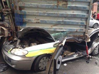 Перевернувшийся во Владивостоке грузовик с прицепом раздавил такси с водителем