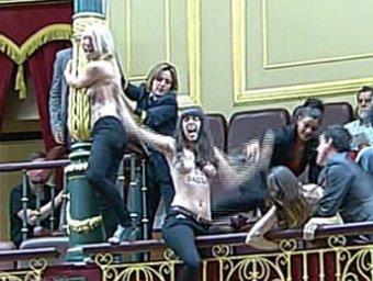 Голые феминистки сорвали заседание парламента Испании из-за запрета на аборты