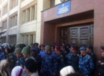 Агрессивные киргизы захватили в заложники губернатора
